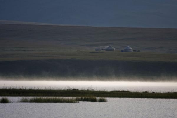 Foto de Early morning haze lying on Song-Köl with yurts in the background - Kirguistán - Asia