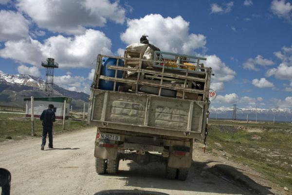 Picture of Torugart border crossing (Kyrgyzstan): Checking a Kyrgyz truck on the way to Torugart