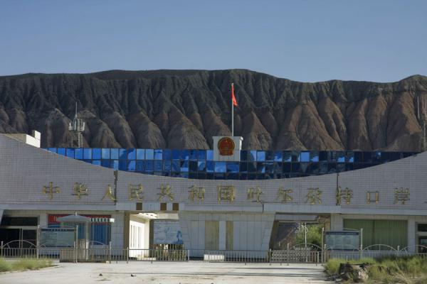 Picture of Torugart border crossing (Kyrgyzstan): Chinese immigration post at the crossroads of Irkeshtam and Torugart border crossings