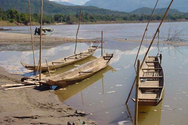 Foto de Boats on the Mekong banksRío Mekong - Laos