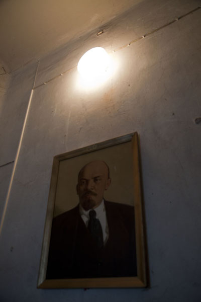 Foto van Image of Lenin on a wall in the former military prison of KarostaLiepāja - Letland