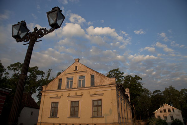 拉脱维亚 (House with lantern in the early morning light in Kuldīga)