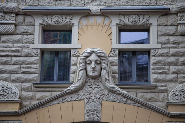 Foto van Detail of building in Riga with sculpted headRiga - Letland