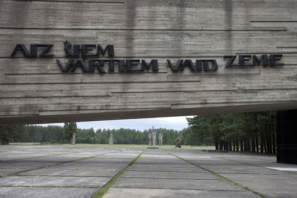 Foto van AIZ SIEM VARTIEM VAID ZEME - Beyond this gate the ground is cryingSalaspils - Letland