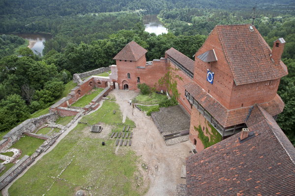 Foto van View from the top of the donjon of Turaida Castle with Gauja river in the backgroundSigulda - Letland