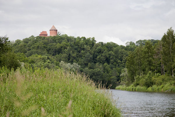 Foto van Gauja River with the towers of Turaida Castle high above itSigulda - Letland