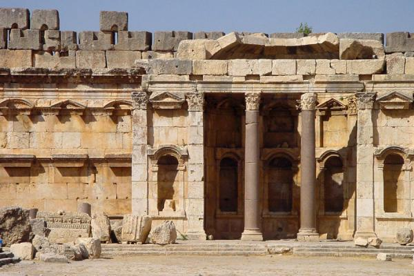 Photo de Part of the Great Court with exedraBaalbek - Liban