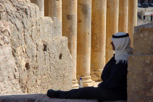 Photo de Resting against one of the columns of the Temple of Jupiter, those of the Temple of Bacchus in the backgroundBaalbek - Liban