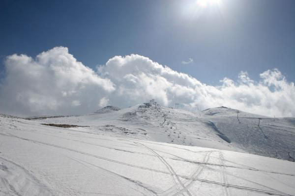 黎巴嫩 (Faraya Mzaar: looking up one of the snowy ski slopes)