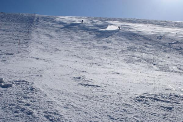 Photo de Skiers coming down of one of the ski slopes at Faraya MzaarFaraya Mzaar - Liban