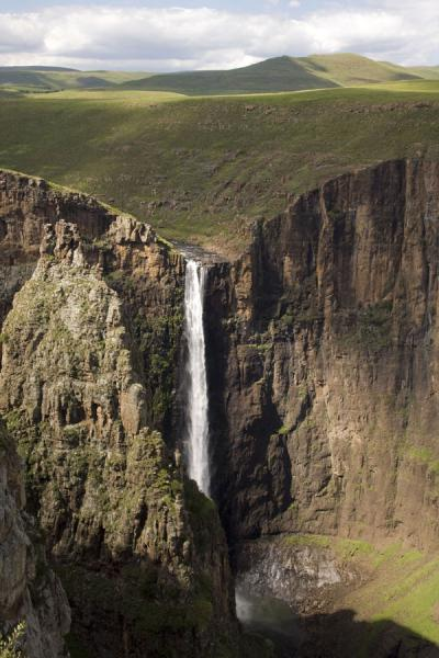 Maletsunyane Falls falling from a green hilly landscape | Cascades Maletsunyane | Lesotho