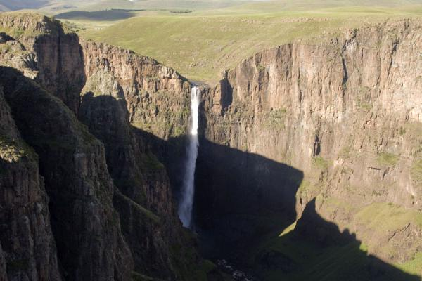 Maletsunyane Falls dropping down from the surrounding landscape | Cascades Maletsunyane | Lesotho