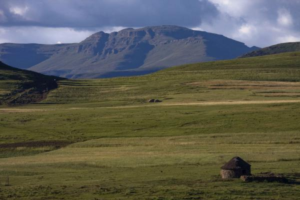 Photo de Lesotho (Landscape with hut near Semonkong)