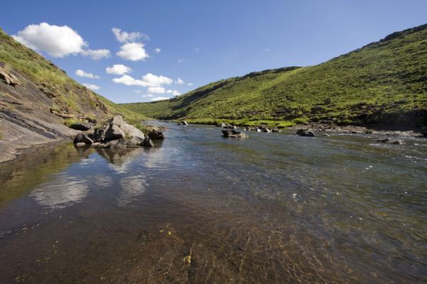 Foto di Maletsunyane river flowing through the landscape near Semonkong - Lesotho - Africa