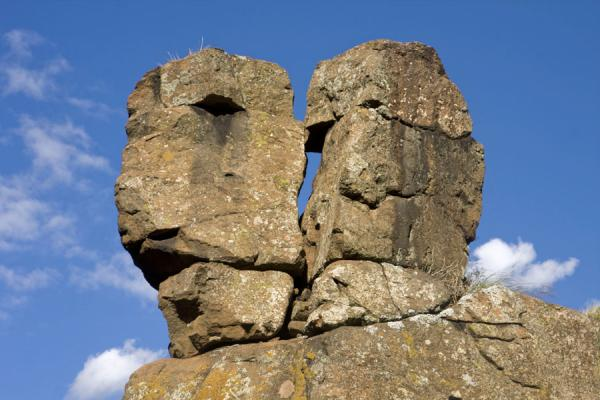 Rocks resembling two heads at the edge of the canyon | Semonkong hiking | 赖索托