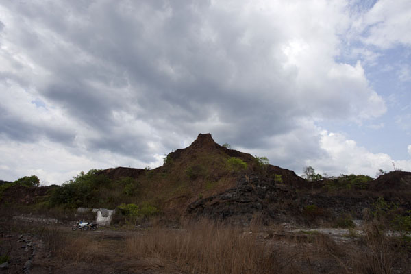 Looking up a mountain surrounding Blue Lake | Lago Azul de Bomi | Liberia