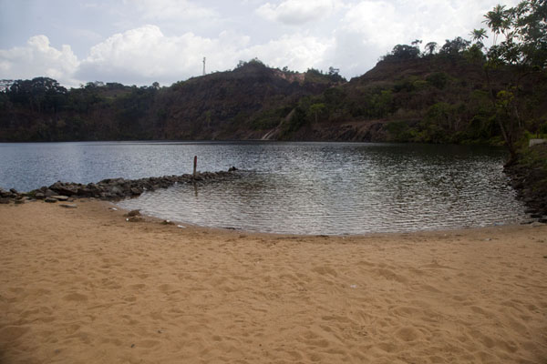 Small beach with view of Blue Lake | Lago Azul de Bomi | Liberia