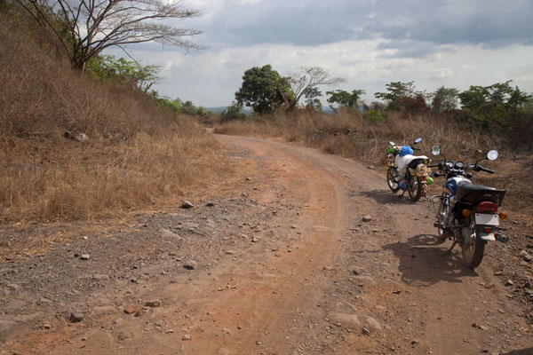 Foto de Track with motorbikes between Bomi and the Blue Lake - Liberia - Africa
