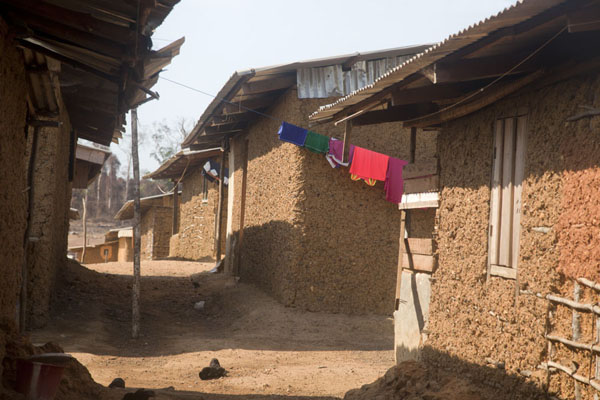 Photo de Alley of adobe plastered huts in Kinjor town - Libéria - Afrique