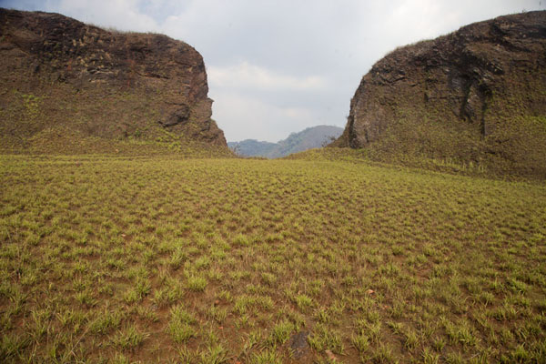 Photo de Green field with rocky hills at the higher parts of the Mount Nimba rangeMount Nimba Liberia - Libéria