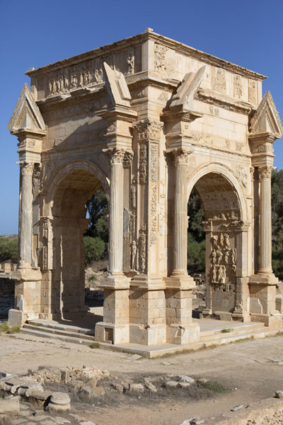Side view of the Arch of Septimius Severus, one of the masterpieces of Leptis Magna | Leptis Magna | Libye