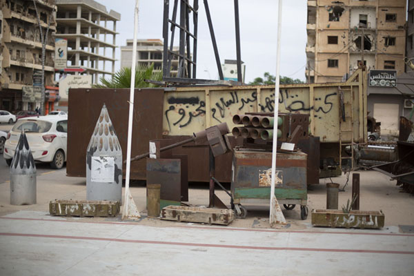 Several kinds of weapons on display outside the war museum of Misrata | Misrata Oorlogsmuseum | Libië