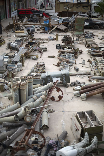 The sidewalk outside the museum is covered in weaponry used by Gaddafi forces during the 2011 war | Misrata War Museum | 利比亚