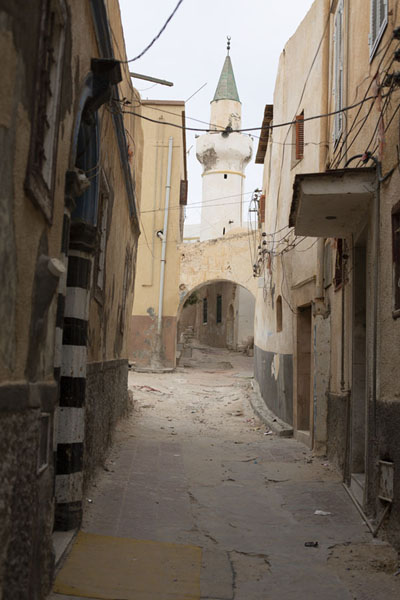 Street with minaret in the old part of Tripoli | Oud Tripoli | Libië