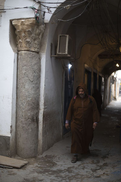 Local walking an arched street in Tripoli | Oud Tripoli | Libië