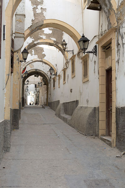 Foto van Street with arches in the old part of TripoliTripoli - Libië