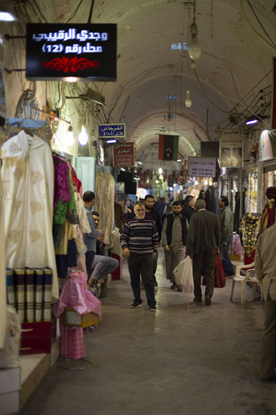 Foto van Inside one of the shopping streets of the souq of TripoliTripoli - Libië