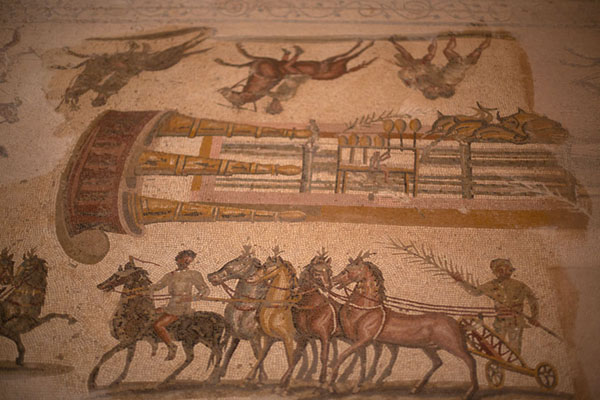 Photo de Detail of the hippodrome mosaic with horses, and man counting the lapsVilla Selene - Libye