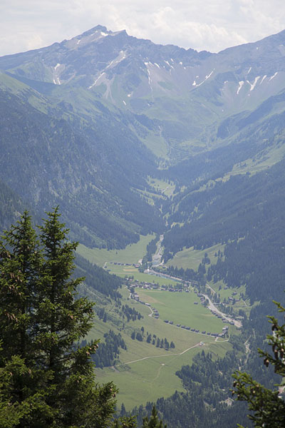 Foto de View of Valüna valley with Naafkopf mountain on the leftFürstensteig - Liechtenstein