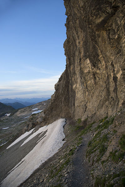 Foto de Steep cliff near the summit of NaafkopfNaafkopf - Liechtenstein