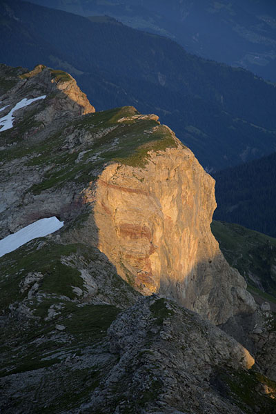 Foto de Early morning sunshine on a cliff near NaafkopfNaafkopf - Liechtenstein