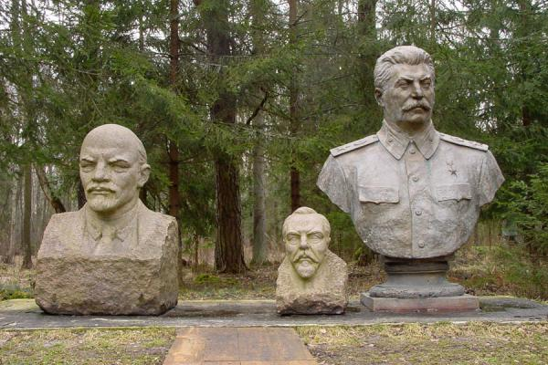 Foto de Lenin and Stalin with a Lithuanian fallen leaderGrutas Parkas - Lituania