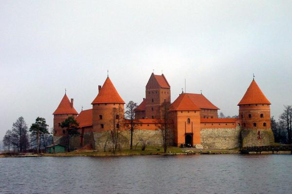Foto de Castle from a distanceCastello Trakai - Lituania