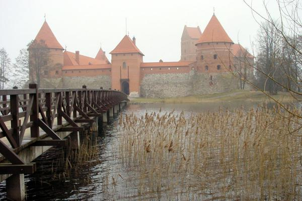 How convenient, a foot bridge! | Chateau Trakai | Lituanie