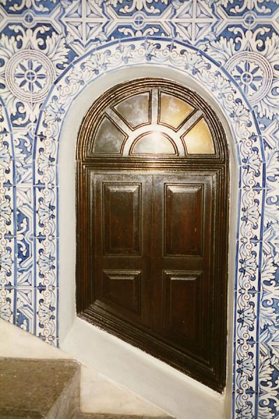 Foto de Small wooden door surrounded by Portuguese tilesMacau city - Macau
