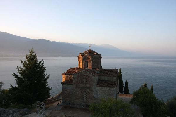 Photo de Sveti Jovan church near Kuneo with tranquil Lake Ohrid in the backgroundOhrid - Macédoine