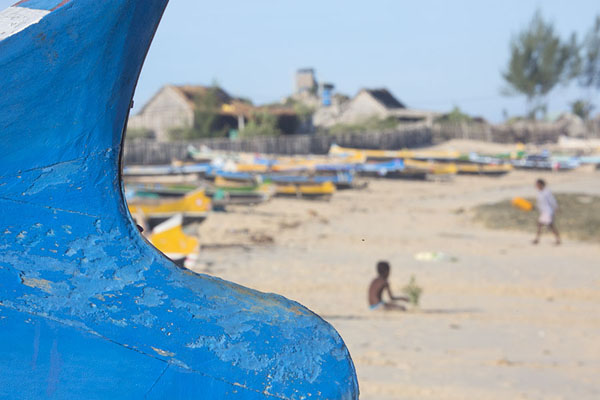 Photo de Curves of a pirogue on the beach of AndavadoakaAndavadoaka - Madagascar