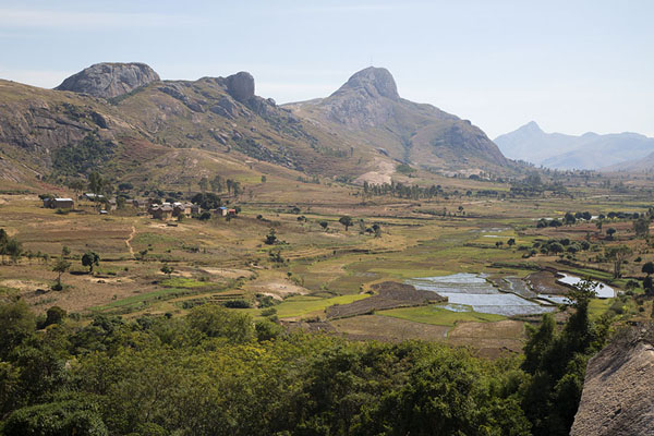 Foto van The valley of Anja with rice paddies and mountains - Madagaskar - Afrika