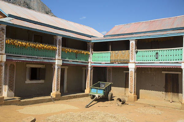 Courtyard of traditional house in Anja | Anja | Madagaskar