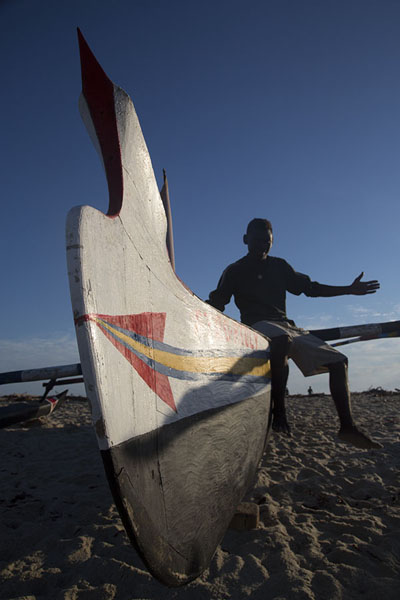 Foto van Fisherman posing with his pirogueAndavadoaka - Madagaskar