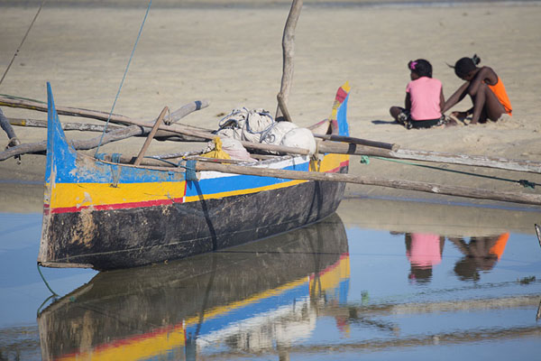 Foto van Pirogue with two girls reflected in the waterAndavadoaka - Madagaskar