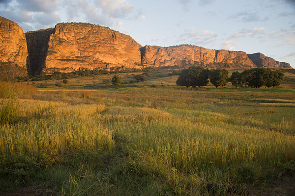 Foto di Sunrise over the east face of the Isalo mountain rangeIsalo - Madagascar