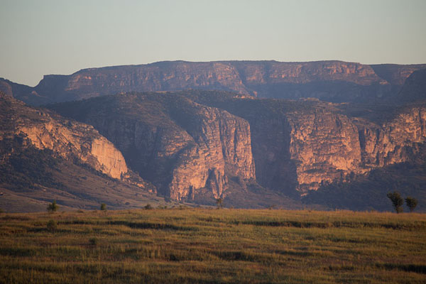 Foto van Madagaskar (Sunrise over the mountain range of Isalo with the Canyon des Maki and the Canyon des Rats)