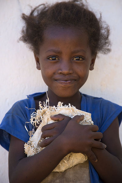 Girl posing for a picture in Ankavandra | Malagassiers | Madagaskar