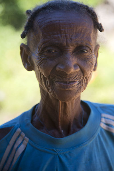 Foto de Old lady, Bebe, in a settlement near the Manambolo riverMalgaches - Madagascar