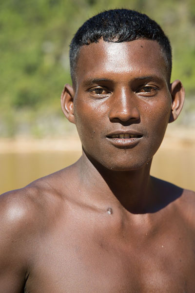 Boatman on the Manambolo river | Malgaches | Madagascar